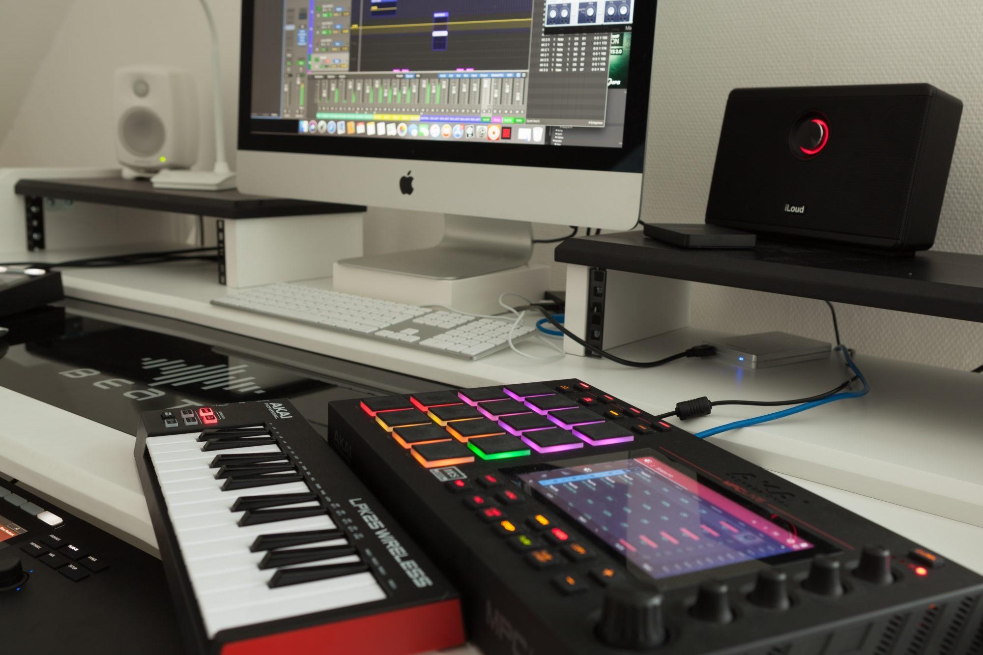 Musikproduktion, Tonstudio, seitlich fotografiert, STRAINX