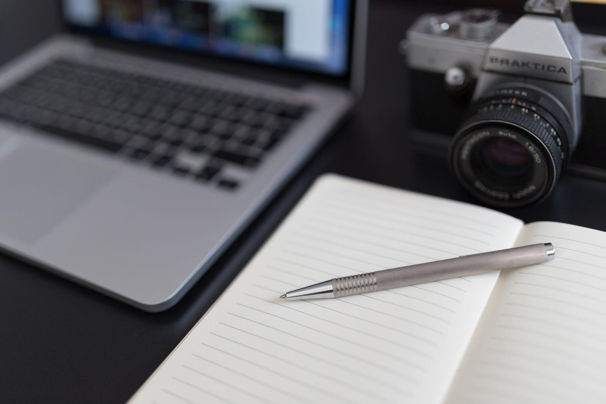 Filmprodukion, Kamera mit Laptop & Notizbuch, STRAINX